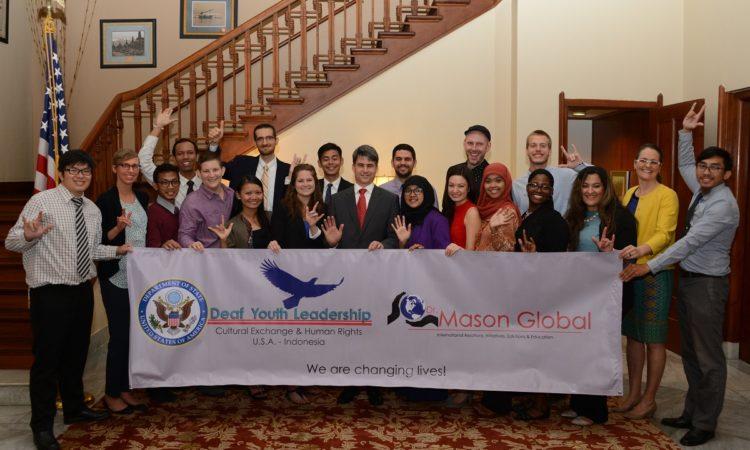 Peserta U.S.-Indonesia Deaf Youth Leadership Exchange Kunjungi Jakarta (State Dept. / Erik A. Kurniawan)