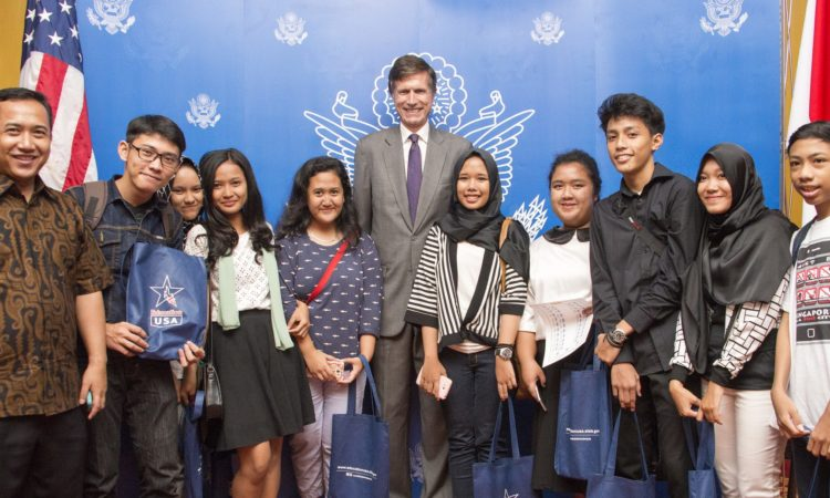 Ambassador with students (State Dept./Erik Kurniawan)